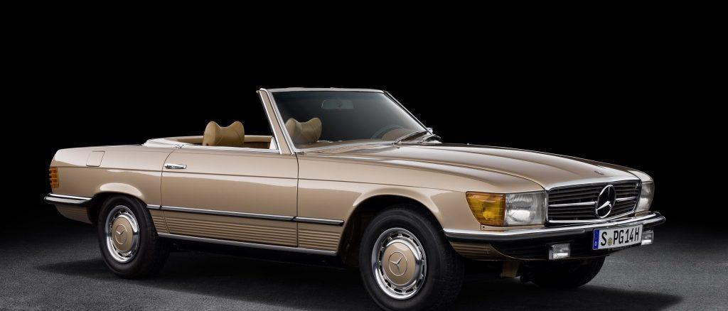 Mercedes-Benz 350 SL (R 107, Produktionszeitraum 1971 bis 1989). Der Typ wird bis 1980 gebaut. Studiofoto von rechts vorn. (Fotosignatur der Mercedes-Benz Classic Archive: 21C0014_059). Quelle: Daimler PR