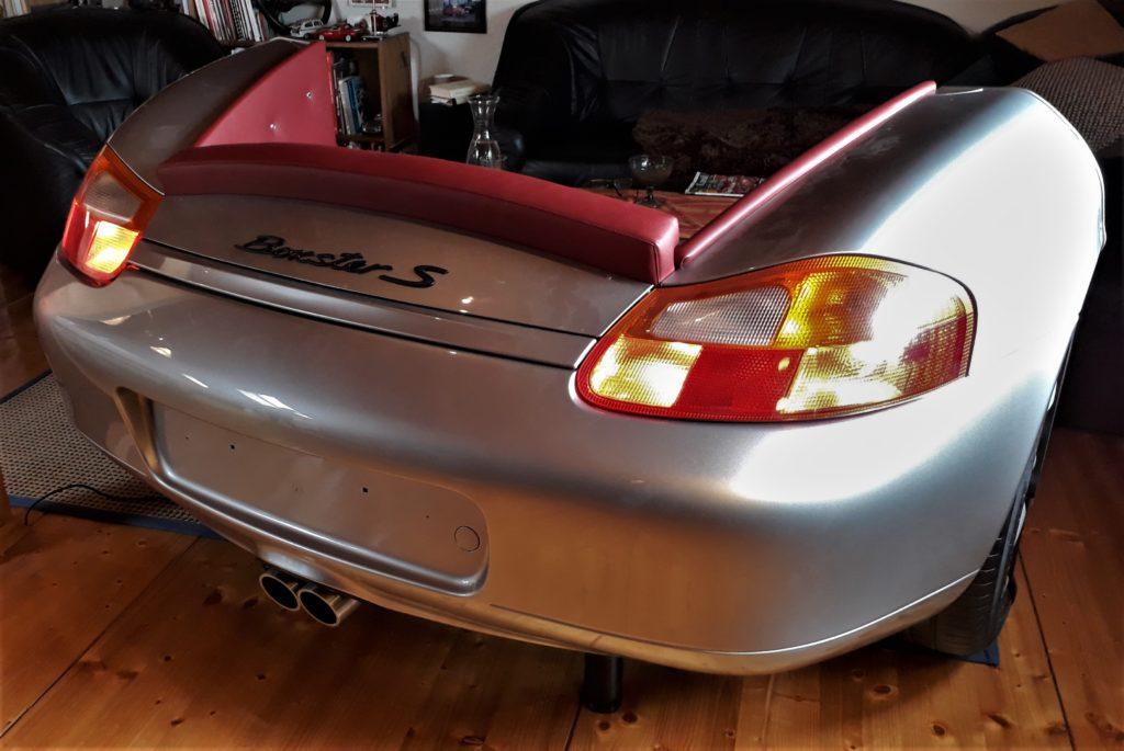Selbst aus recht jungen Fahrzeugen baut Martin Schlund automobile Einrichtungsgegenstände, wie hier das Sofa aus einem Porsche Boxster. Foto: Martin Schlund automoebeldesign.de