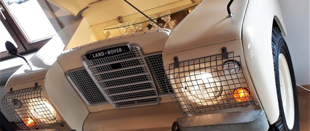 Die Front des Land Rover dient nun als Hausbar | Foto: Martin Schlund automoebeldesign.de
