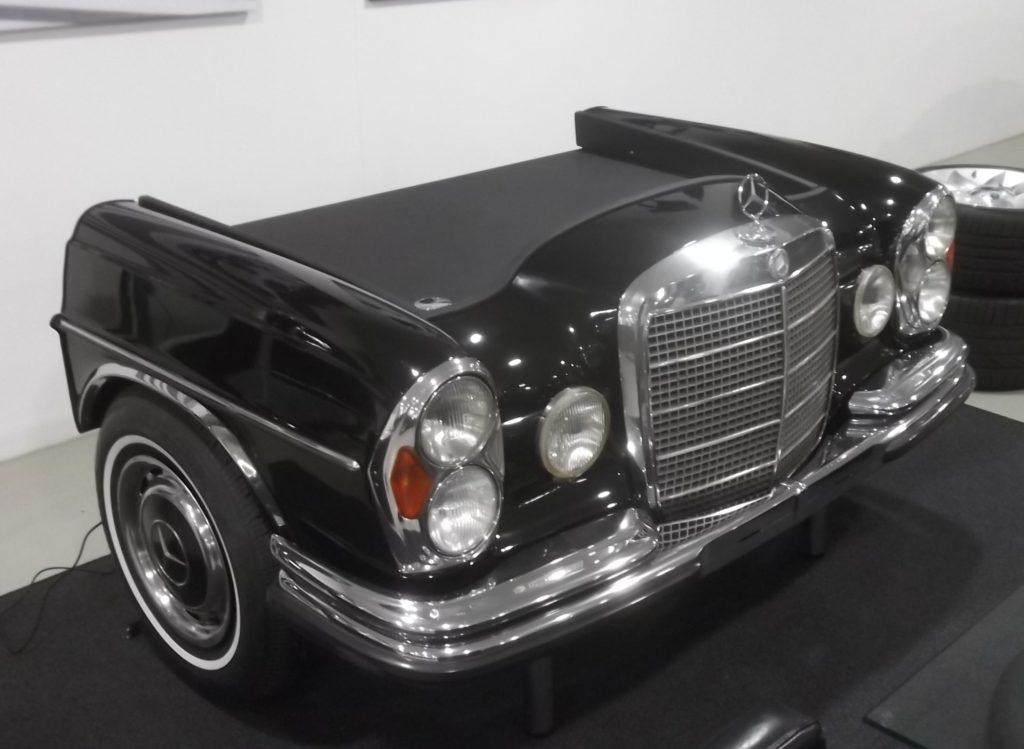 Die Front des wunderschönen Mercedes W108 / W109 dient nun als Schreibtisch. Besonders chices Detail: Die Weißwandreifen. Foto: Martin Schlund automoebeldesign.de