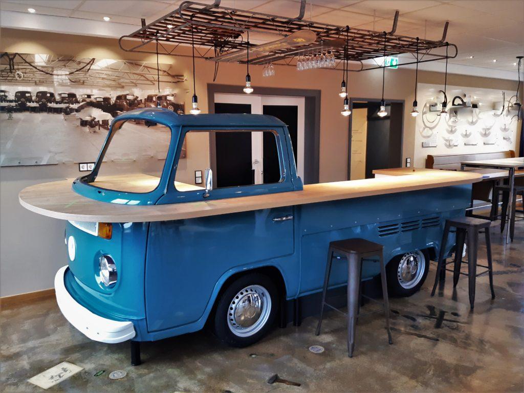 Eine richtige Bar für einen richtigen Autofan. Der VW Bulli als Thekenbar. Foto: Martin Schlund automoebeldesign.de